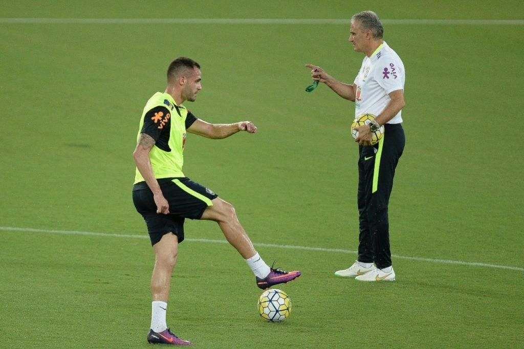 Tite e Renato Augusto em treino da seleção brasileira: ex-corintianos