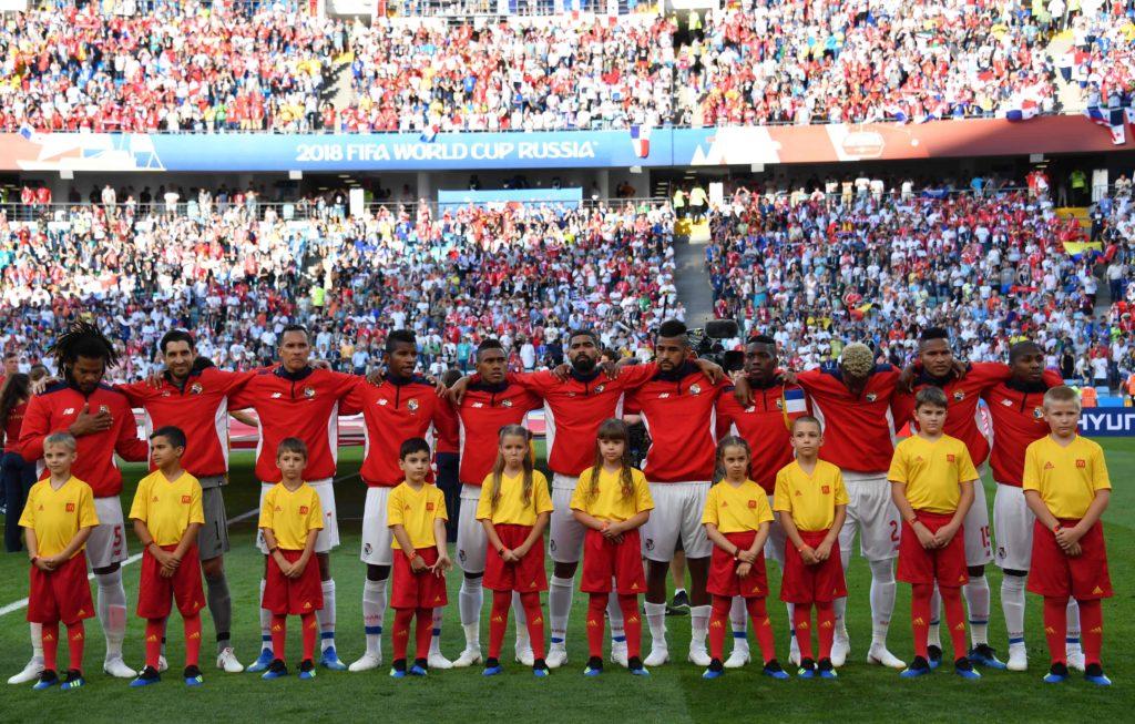 Román Torres (único com a mão na altura do peito) e o time do Panamá se emociona ao ouvir o hino do país em uma Copa do Mundo. AFP PHOTO / Nelson Almeida