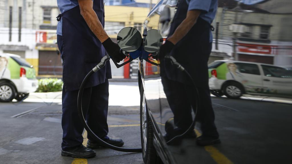 Por que a gasolina dobra de preço entre a refinaria e o posto?